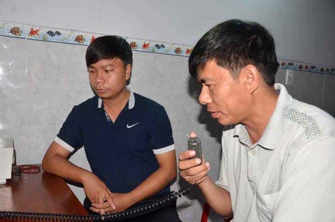 Ông Sinh, chủ tịch UBND xã Phổ Quang (bên phải) cùng với phó chủ tịch UBND xã đang cố gắng liên lạc với tàu cá gặp nạn - Ảnh: CTV