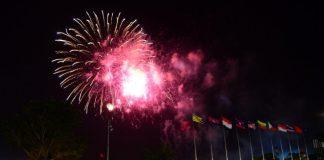 Pháo hoa được bắn trên bầu trời TP.HCM chào đón năm 2016 của một cộng đồng ASEAN- Ảnh: Quang Định