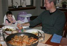 Mẹ đảm nấu món ăn từ 195 quốc gia cho con gái