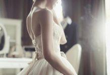 Chiếc nhẫn cưới và vết hằn trắng trên ngón áp út của người vợ…