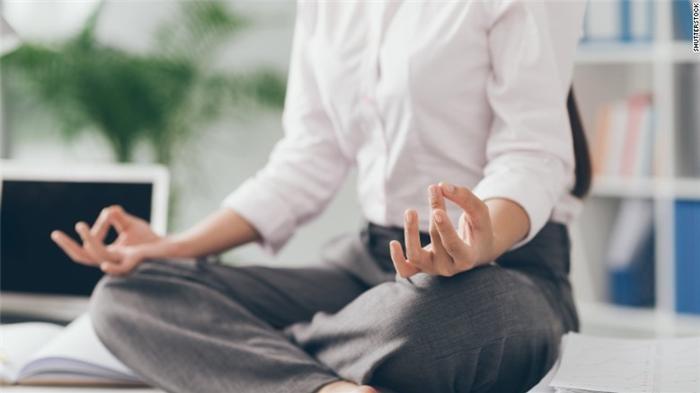 5 động tác tập yoga ngay tại văn phòng