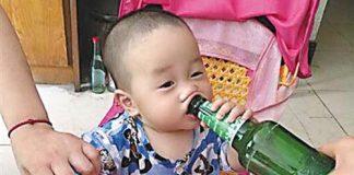 """Sốc: Bé trai 1 tuổi nghiện rượu do được bố """"huấn luyện"""" - 1"""