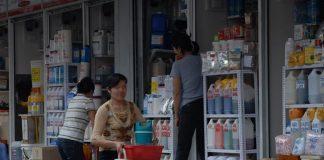 Hóa chất cà phê đậm đặc được bày bán tại chợ Kim Biên (Q.5, TP.HCM) - Ảnh: Diệp Đức Minh