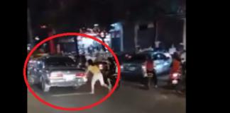 Hình ảnh vợ chạy bộ đuổi theo chiếc xe ô tô chồng chở tình nhân.