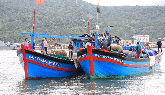 Tàu QNg 98459 của ông Huỳnh Văn Thạch cùng 10 ngư dân được tàu cá QNg 94429 lai dắt về tới đồn biên phòng Mân Quang, Đà Nẵng - Ảnh: Trường Trung