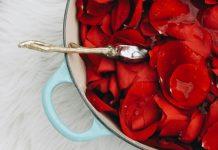 Hoa hồng Valentine? Hãy tự làm nước hoa hồng với 7 công dụng làm đẹp