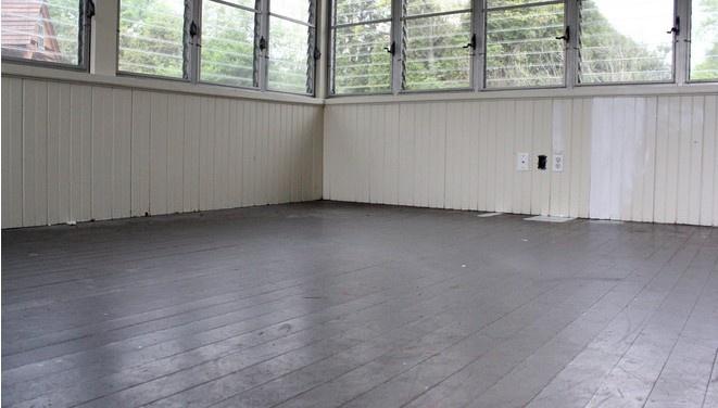 Đổi màu áo mới cho sàn nhà với đường sơn kẻ sọc