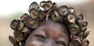 Kỳ lạ: Bộ tộc đội mũ trùm bằng đất sét, tóc giả bằng…nắp chai