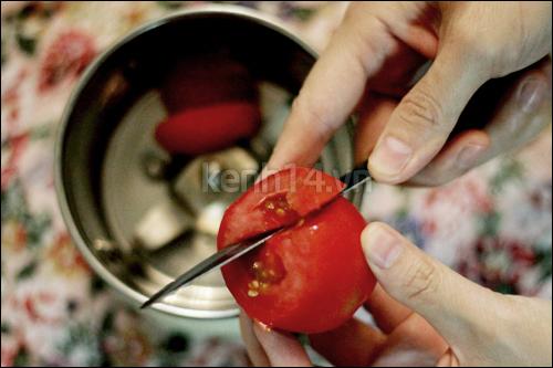 Cách làm se khít lỗ chân lông bằng cà chua