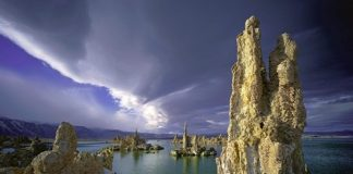 Tháp đá lùng tại hồ Mono