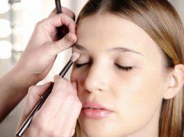 Dùng cọ mắt chấm kem che khuyết điểm lên vùng hốc mắt và đuôi mắt, tán đều để làm mờ đi ranh giới giữa kem và da.
