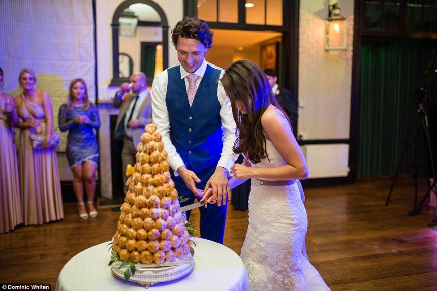 Cặp đôi cho người lạ tổ chức đám cưới của mình
