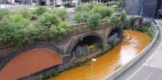 Cả con sông biến thành màu cam sau một đêm