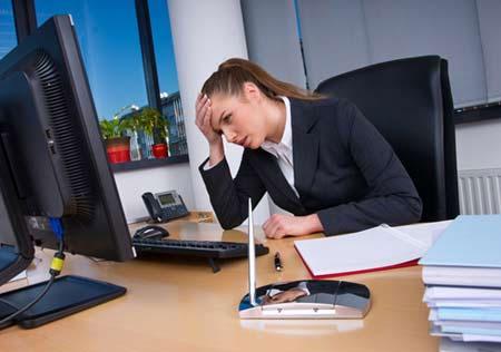 Bệnh trĩ khiến chị em văn phòng khổ sở 1