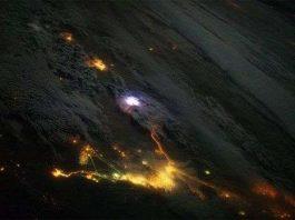 Hình ảnh sét đánh trên không gian