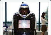 Robot tuần tra cùng nhân viên bảo an